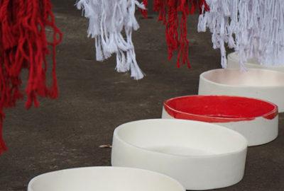 Porcelaine émaillée rouge et textile - Détail - Porcelain glazed red and textile. Detail